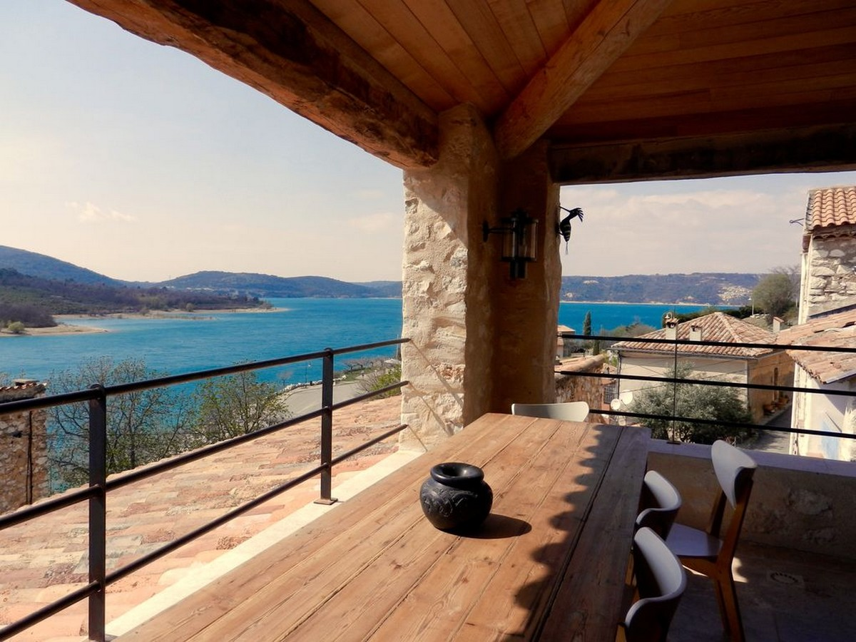 Photo Vieille maison de village rénovée avec style vue lac