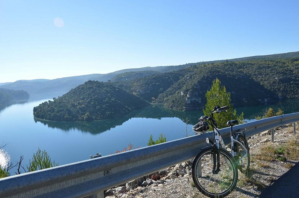 Photo A vélo au fil de l'eau et de l'histoire singulière du Verdon : Aiguines > Gréoux-les-Bains